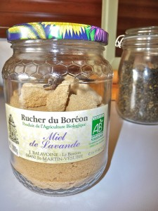Prévenir une invasion de mites. Mettre ses aliments dans des récipients hermétiques. Ici du sucre dans un pot de miel récupéré.©consommerdurable
