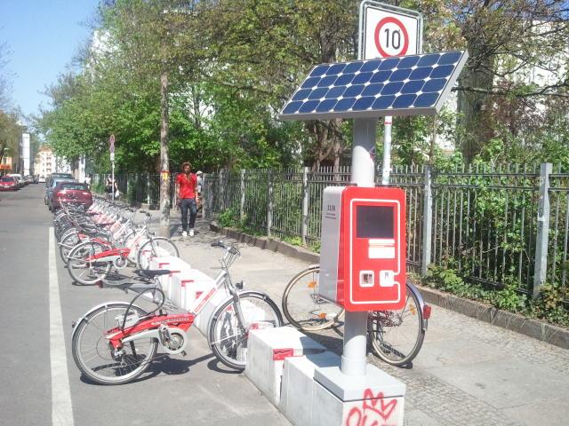 Une borne  solaire à une station de velos en libre service de Berlin