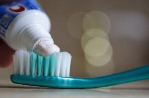 Un dentifrice plutôt abrasif estompera mieux les rayures.