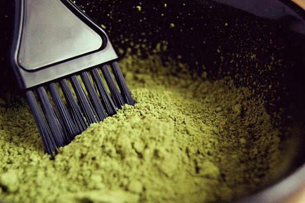 recette-coloration-cheveux-maison-teinture-vegetale-shutterstock_1341495434
